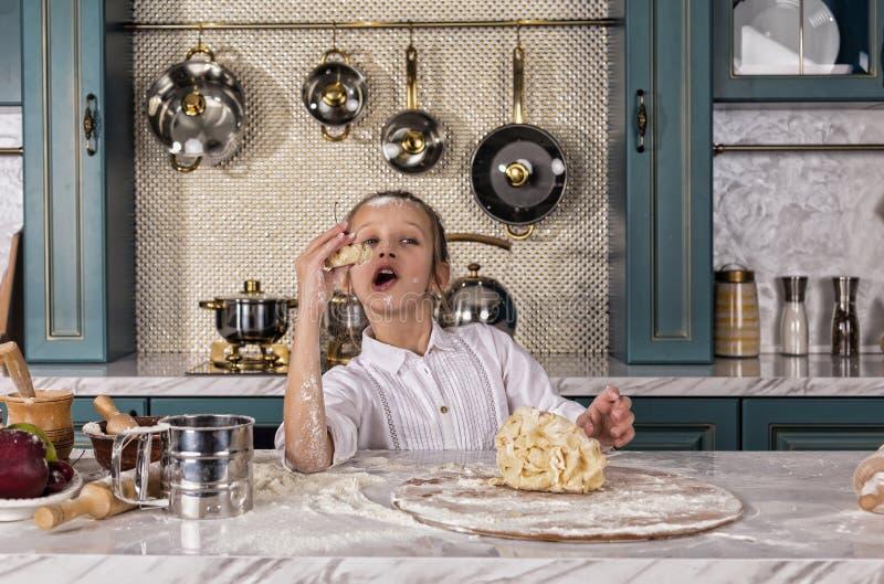 A mãe, filha, menina, prepara a padaria, cozimento de casa fotos de stock