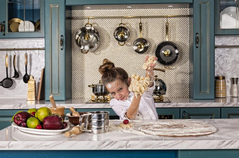 A mãe, filha, menina, prepara a padaria, cozimento de casa imagem de stock