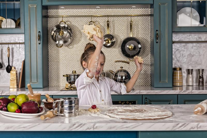 A mãe, filha, menina, prepara a padaria, cozimento de casa imagens de stock royalty free