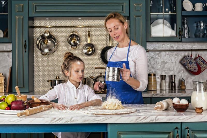 A mãe, filha, menina, prepara a padaria, cozimento de casa fotografia de stock royalty free