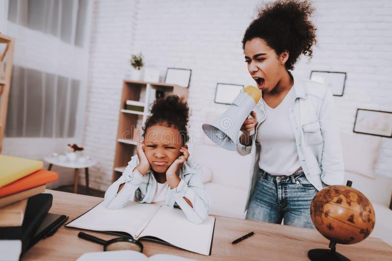 A mãe grita na criança Filha pequena cansado fotografia de stock royalty free