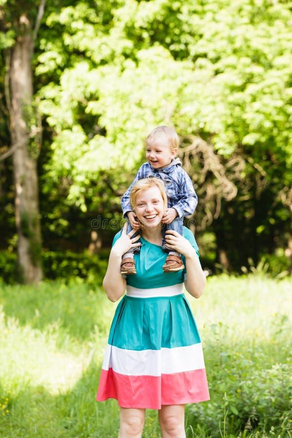 A mãe guarda o filho fotografia de stock royalty free