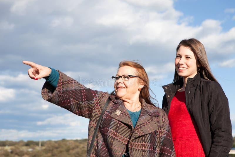 Mãe idosa com sua filha adulta na parte externa foto de stock