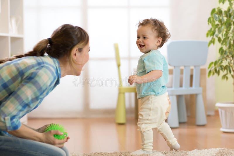 A mãe joying quando rapaz pequeno que corre a ela fotos de stock royalty free