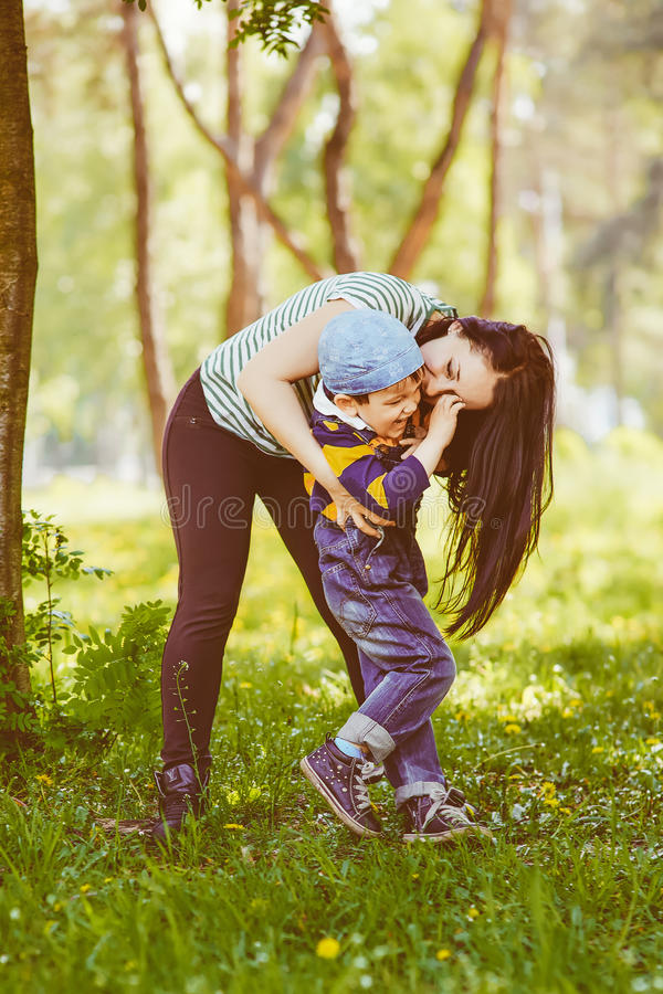 Mãe loving que beija seu filho fotos de stock
