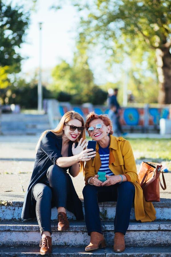Mãe madura e filha adulta que tomam o selfie fotografia de stock royalty free