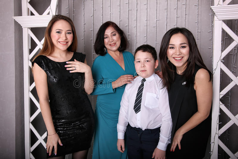 Mãe madura no vestido de noite e nas suas crianças fotografia de stock royalty free