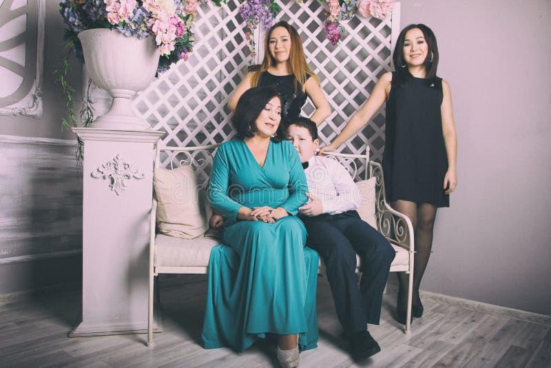 Mãe madura no vestido de noite e nas suas crianças imagem de stock