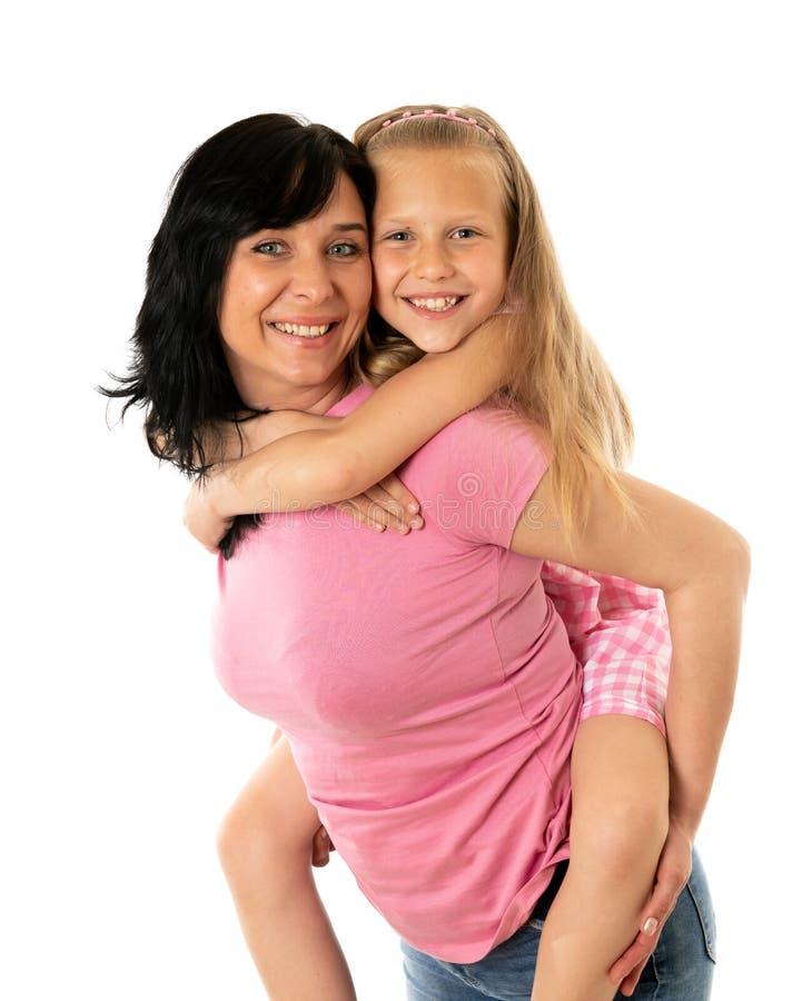 Mãe nova bonita e filha encantador bonito que abraçam e que jogam junto Família loving feliz fotos de stock