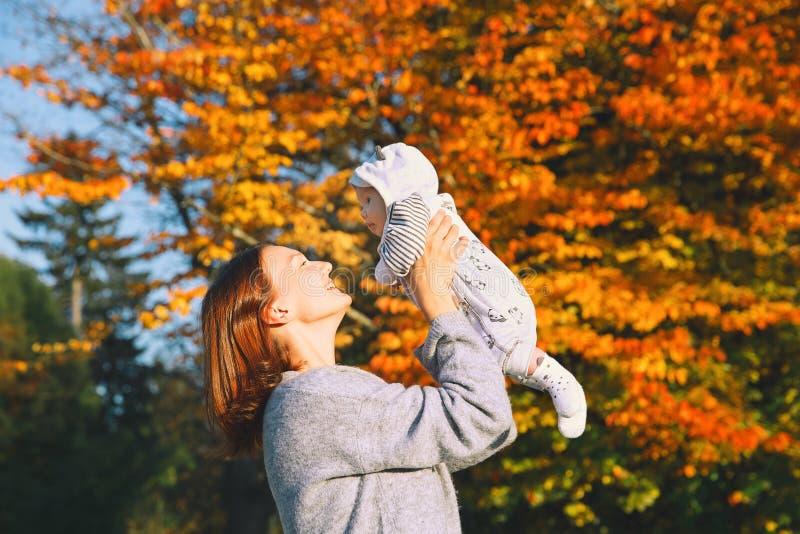 Mãe nova bonita feliz com sua criança do bebê na natureza imagem de stock royalty free