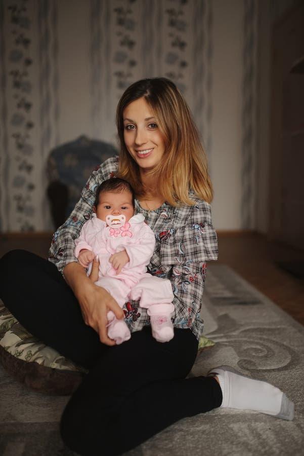 Mãe nova com o bebê recém-nascido bonito fotografia de stock royalty free