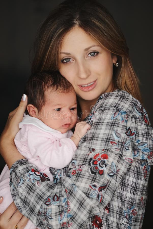 Mãe nova com o bebê recém-nascido bonito imagem de stock royalty free