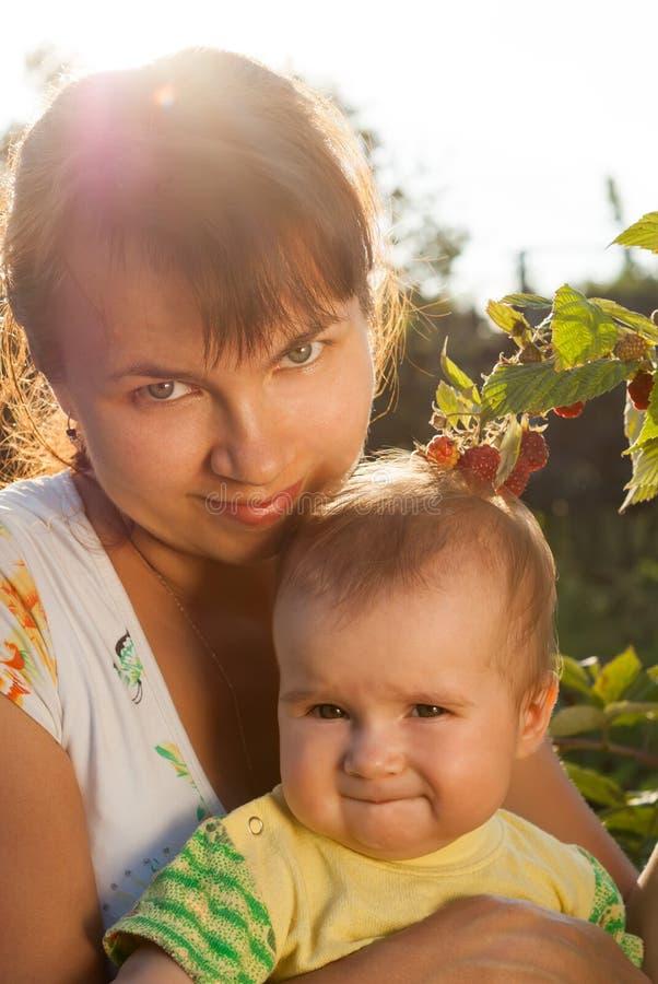 Mãe nova com um bebê pequeno fotos de stock royalty free