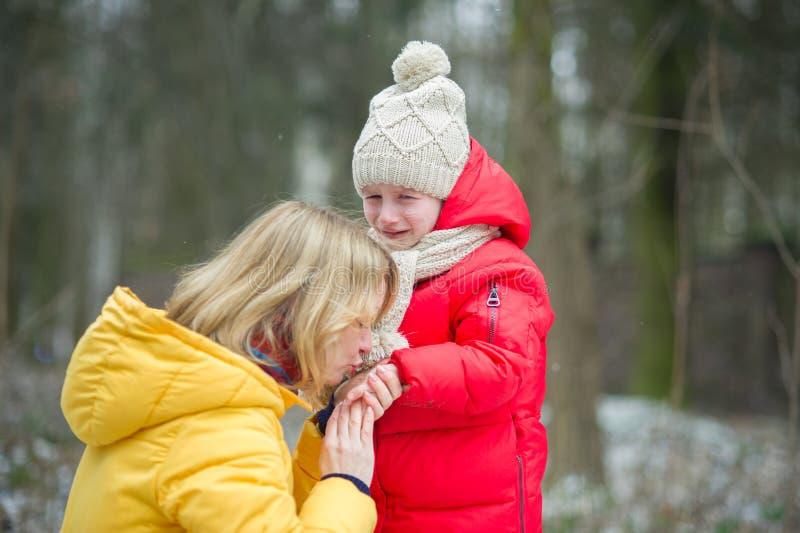 A mãe nova consola a criança de grito imagens de stock royalty free