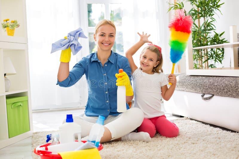 A mãe nova da dona de casa e sua criança fazem trabalhos de casa junto fotografia de stock royalty free