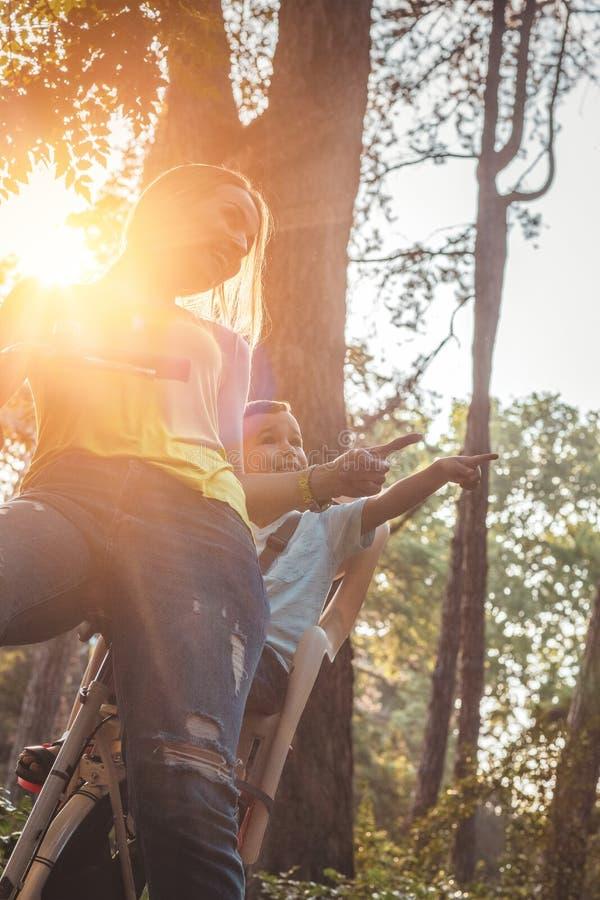 Mãe nova e menino que biking no dia morno do verão foto de stock