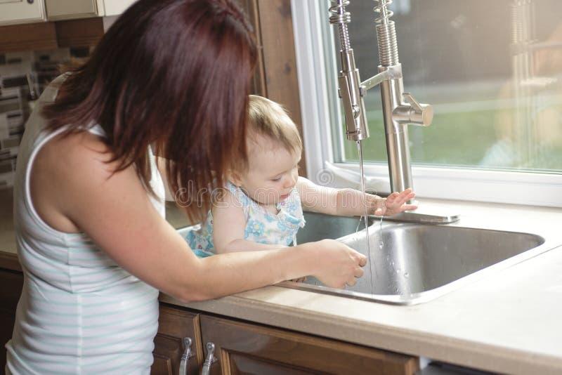 Mãe nova e sua filha adorável da criança dentro fotos de stock royalty free