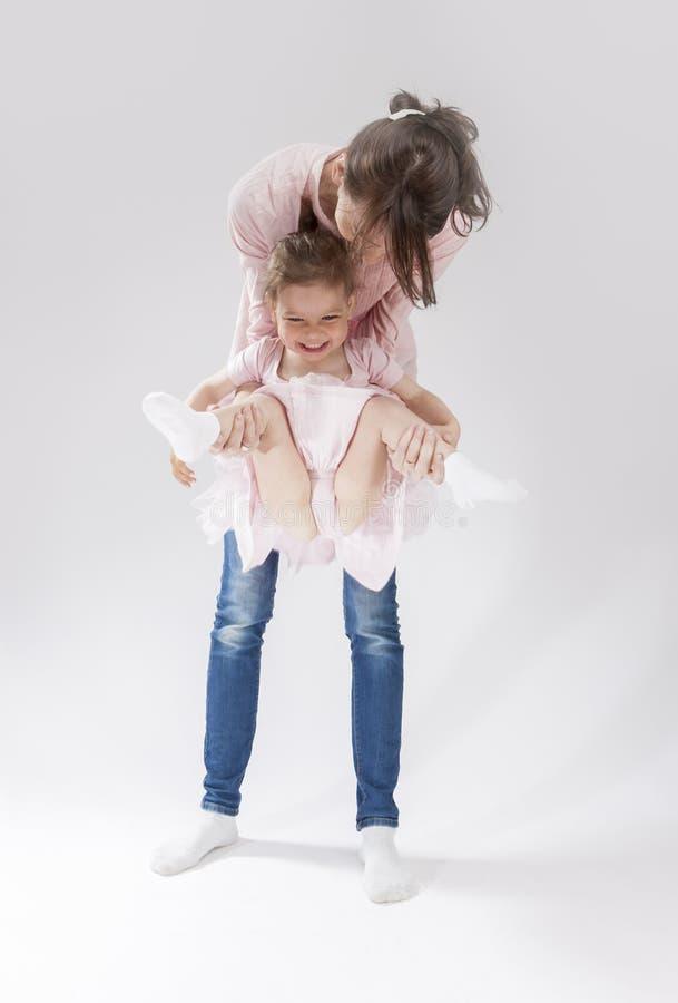Mãe nova e sua filha bonito pequena que jogam junto fotos de stock royalty free