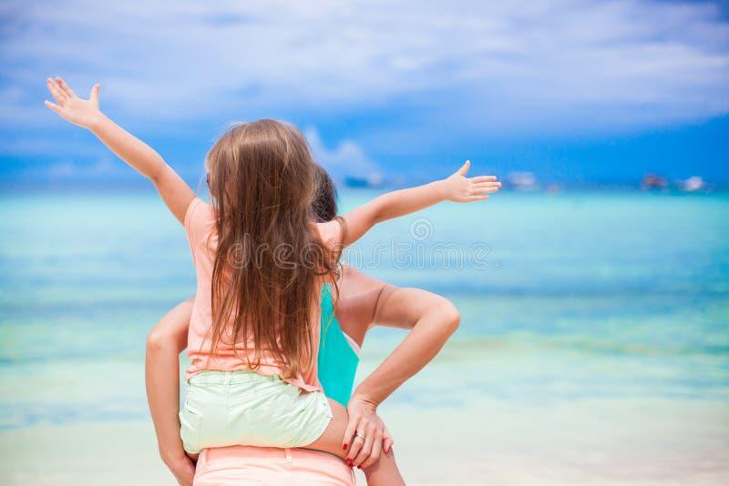 A mãe nova e sua filha pequena adorável têm fotos de stock royalty free