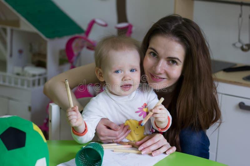 Mãe nova e sua filha pequena que tiram junto fotografia de stock royalty free