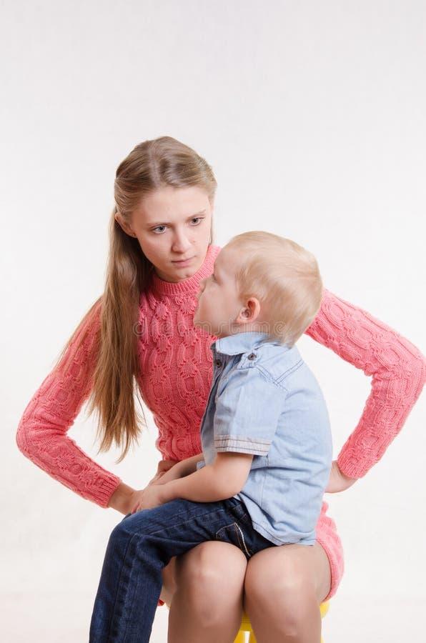 A mãe nova está irritada na criança de três anos BO fotos de stock