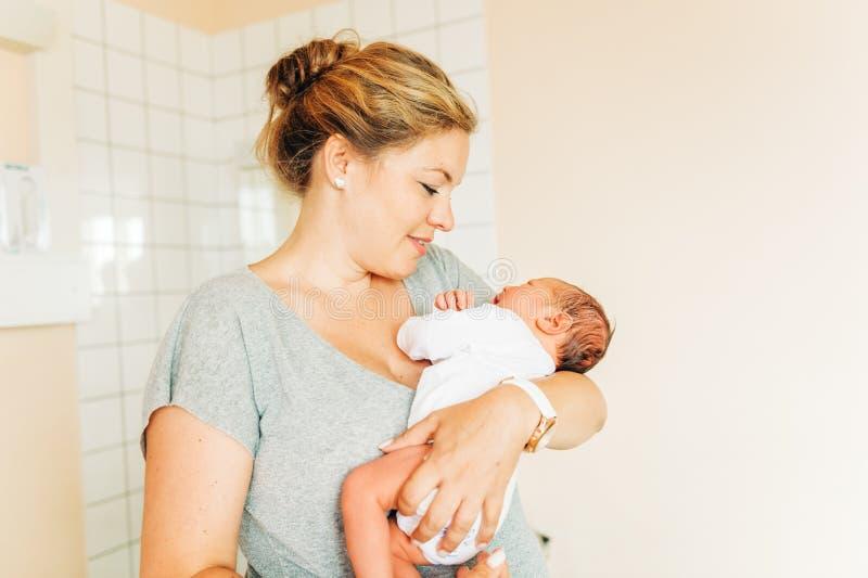 Mãe nova feliz com bebê recém-nascido imagem de stock