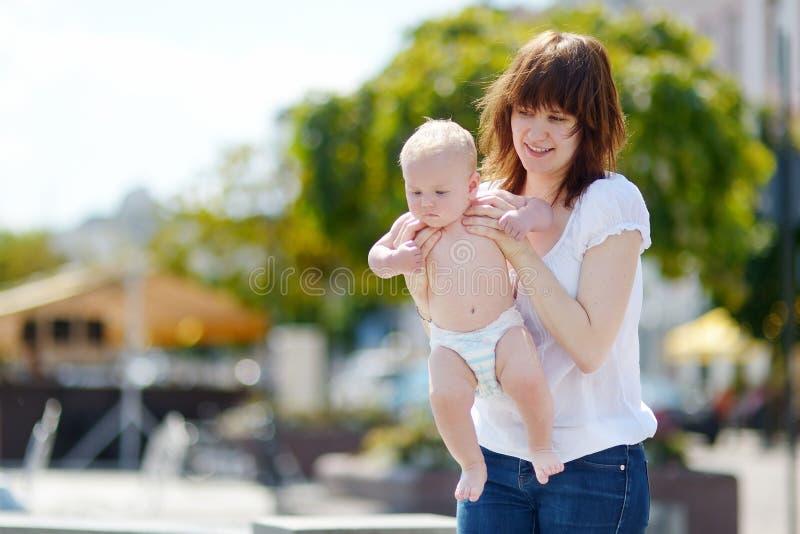 Mãe nova feliz com seu filho do bebê imagens de stock royalty free
