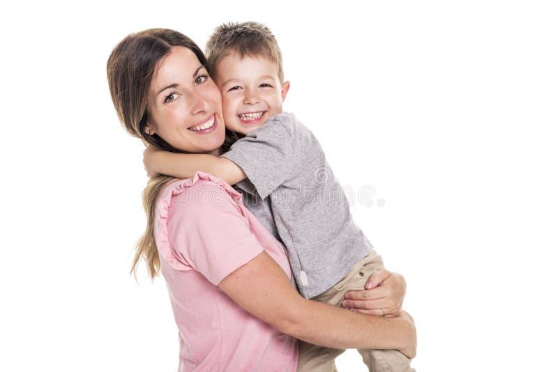 Mãe nova feliz com uma criança no fundo branco imagens de stock