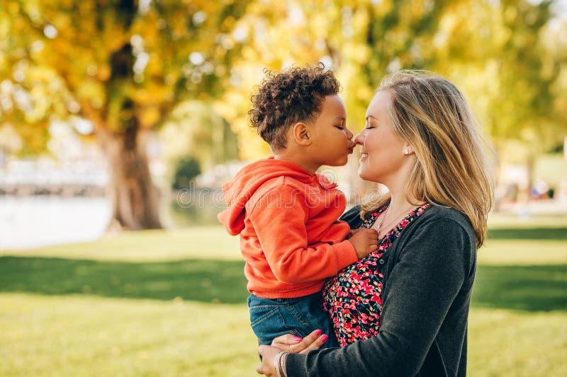 Mãe nova feliz que guarda o menino doce da criança imagem de stock