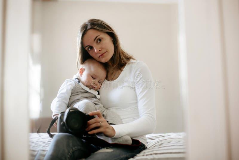 Mãe nova, guardando maciamente seu menino de sono da criança fotos de stock