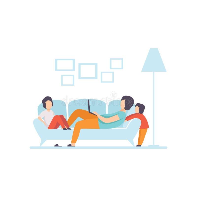 Mãe nova que encontra-se no sofá e que trabalha no laptop, seus filhos que jogam ao lado dela, Freelancer, pai que trabalha com ilustração stock