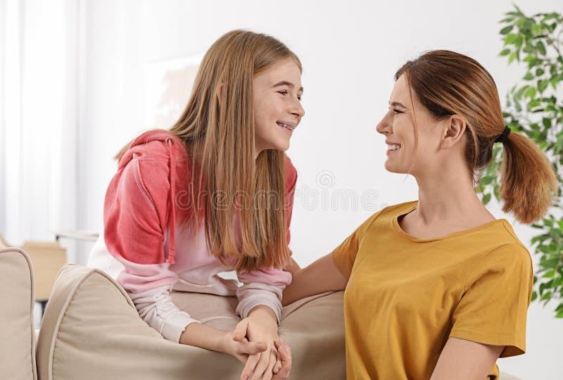 Mãe nova que fala com sua filha do adolescente imagens de stock