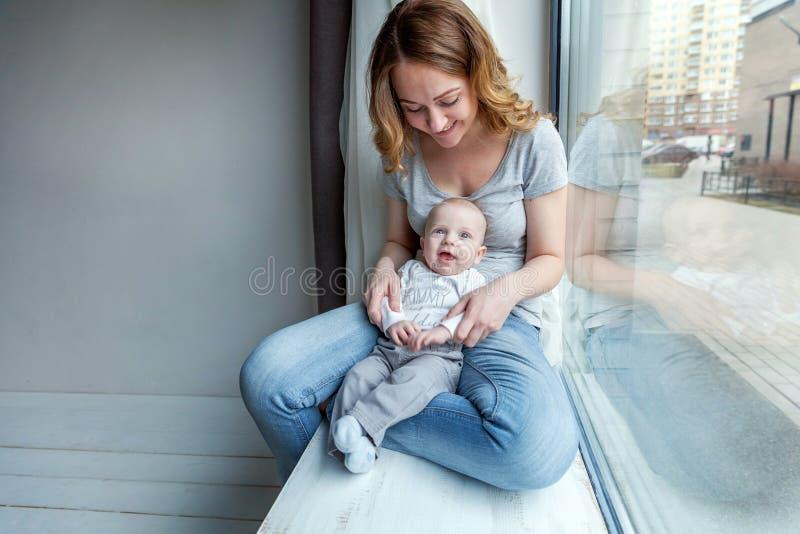 Mãe nova que guarda sua criança recém-nascida fotografia de stock