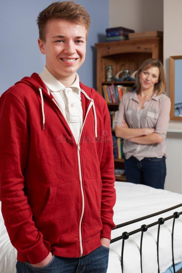 Mãe orgulhosa com filho adolescente em casa foto de stock