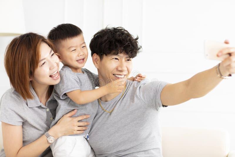 mãe, pai e criança da família tomando o selfie imagens de stock