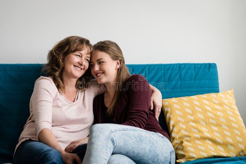 Mãe que abraça sua filha adolescente com amor foto de stock royalty free