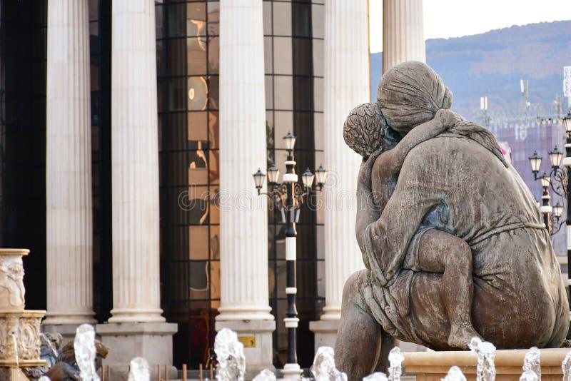 Mãe que abraça uma criança Monumento no centro histórico de Skopje, Macedônia fotos de stock royalty free