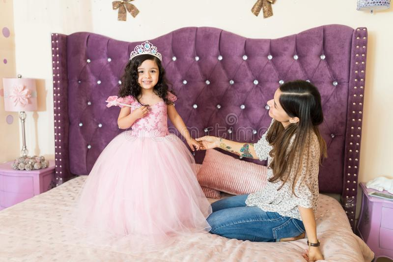 Mãe que admira sua princesa pequena At Home imagem de stock