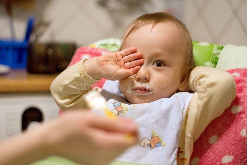 Mãe que alimenta o bebê pequeno fotografia de stock