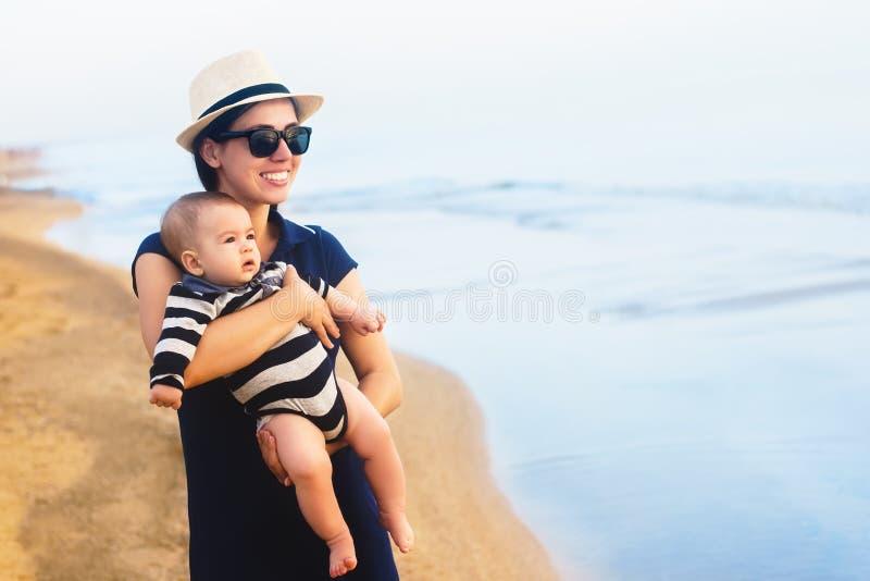 Mãe que anda com bebê imagem de stock