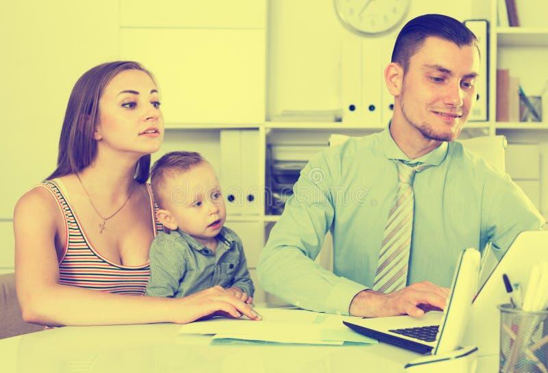 Mãe que andadvising com banqueiro adulto foto de stock royalty free