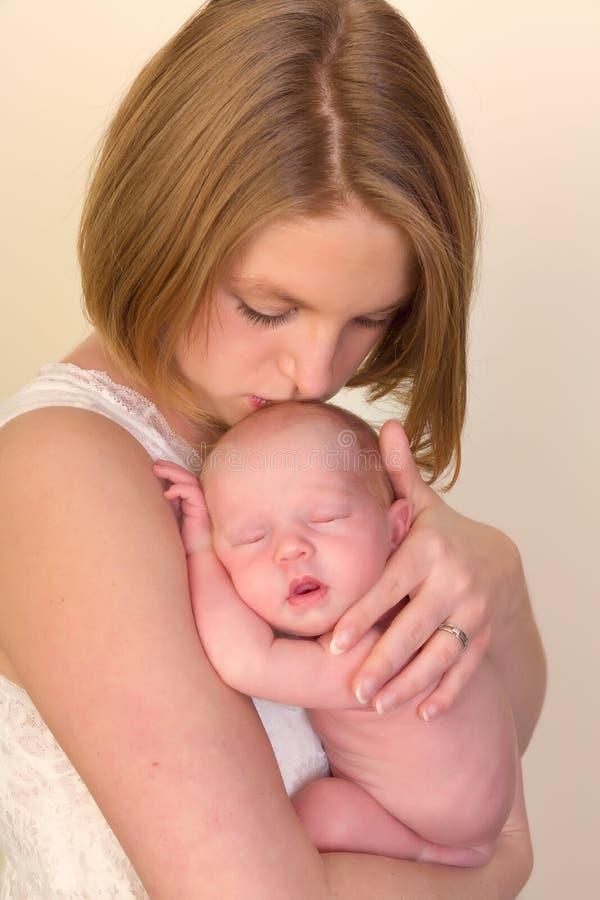 Mãe que beija a criança recém-nascida fotos de stock