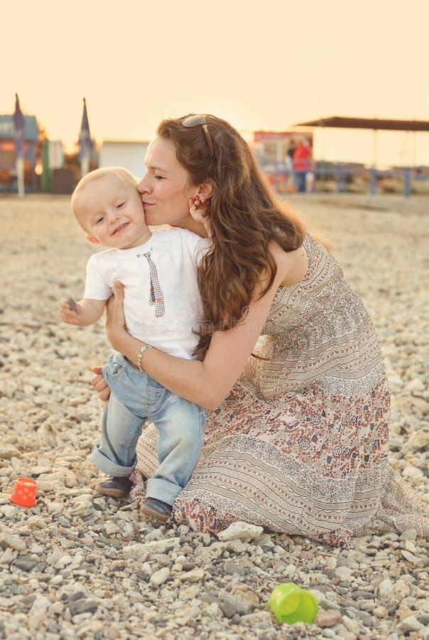 Mãe que beija o filho do bebê imagens de stock royalty free