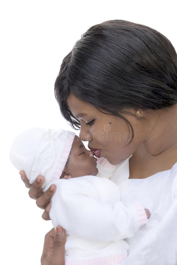 Mãe que beija seu bebê de um mês, isolado imagem de stock