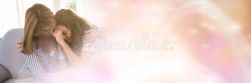 Mãe que consola a filha com transição obscura do pêssego imagem de stock