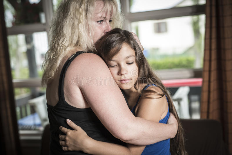 Mãe que consola a sala de visitas da filha adolescente imagens de stock royalty free