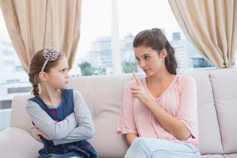 Mãe que discute sua filha impertinente imagem de stock