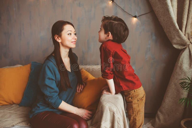 mãe que fala ao filho da criança em casa Crianças que compartilham de problemas com os pais fotos de stock