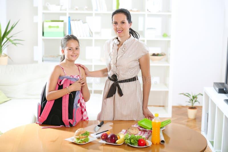 Mãe que faz o café da manhã para suas crianças imagem de stock