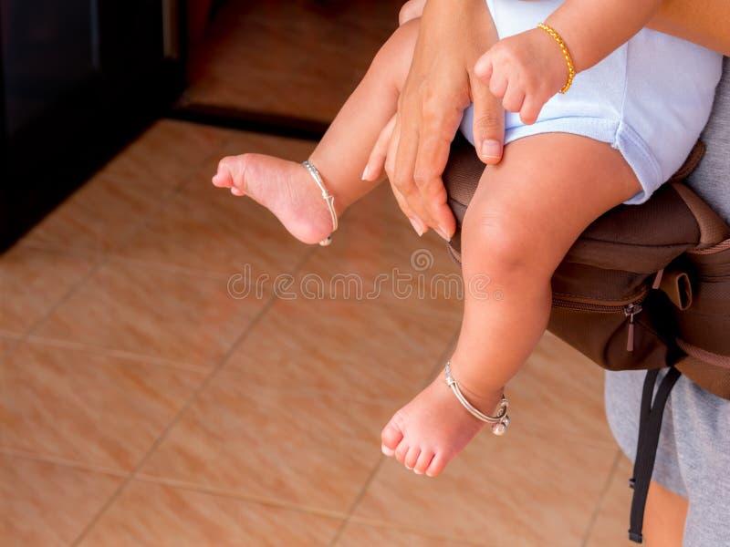 Mãe que guarda o bebê nos portadores imagem de stock
